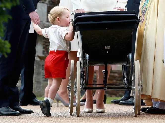 Принц Джордж заглядывает в каляску к сестре Шарлотте